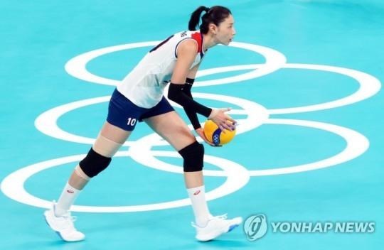 2020도쿄올림픽 여자배구에서 한국의 에이스 김연경이 서비스 지역에서 서브를 넣으려 하고 있다. [도쿄=연합뉴스 자료사진]