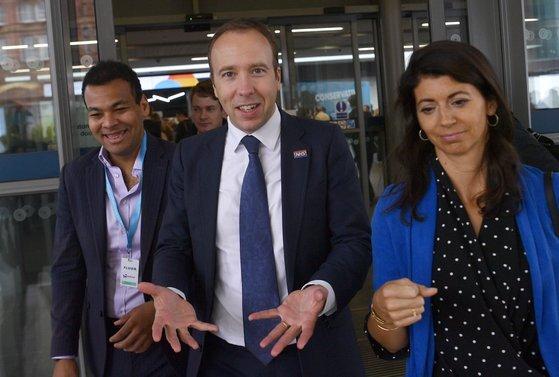 지난 6월 맷 핸콕 영국 보건장관(43, 가운데)은 최측근 지나 콜러댄 젤로(오른쪽)와의 불륜 스캔들로 결국 사임했다. [EPA=연합뉴스]