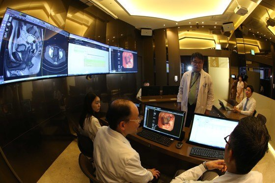 가천대 길병원은 지난 2016년 국내에서 처음으로 'AI의사' 왓슨을 도입했다. 인천 길병원에서 의료진이 왓슨을 활용해 상담하는 모습. [중앙포토]