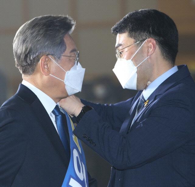 이재명 경기도지사(왼)와 김남국 더불어민주당 의원. (사진=뉴시스)
