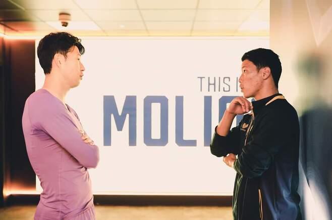 손흥민(왼쪽)과 황희찬이 대화를 하고 있다.(울버햄튼 SNS 캡처)© 뉴스1