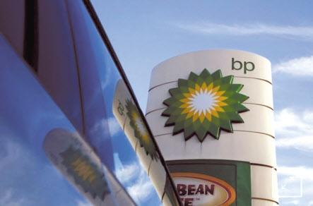 영국 런던의 한 슈퍼마켓을 찾은 고객이 지난 22일(현지시간) 텅 비어 있다시피한 가공육 코너를 살펴보고 있다(위쪽). 영국 석유 대기업 브리티시페트롤리엄(BP)은 23일(현지시간) 트럭 운전사 부족 때문에 일부 주유소를 일시적으로 폐쇄한다고 밝혔다. BP의 로고가 런던의 한 주유소에 정차해 있는 차량의 유리창에 반사돼 보이고 있다.[로이터]
