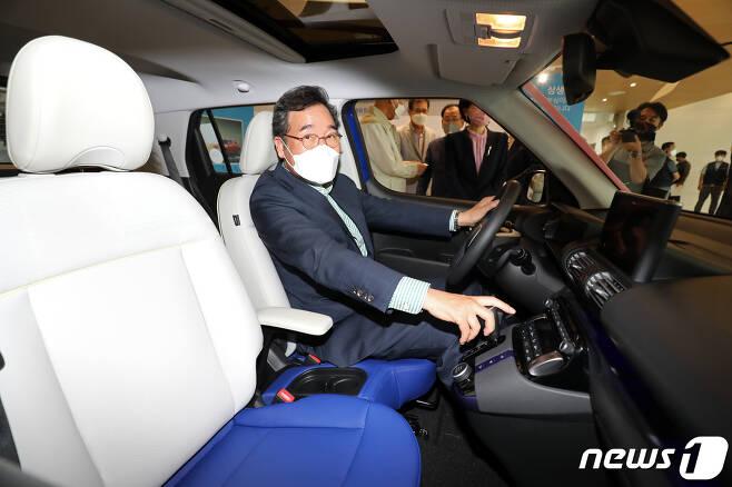 더불어민주당 대선 경선 후보인 이낙연 전 대표가 16일 오후 광주 광산구 빛그린산업단지 광주글로벌모터스(GGM) 본관동 로비에 전시된 현대차 경형SUV '캐스퍼'에 탑승해 차량 내부를 둘러보고 있다. 2021.9.16/뉴스1 © News1 황희규 기자