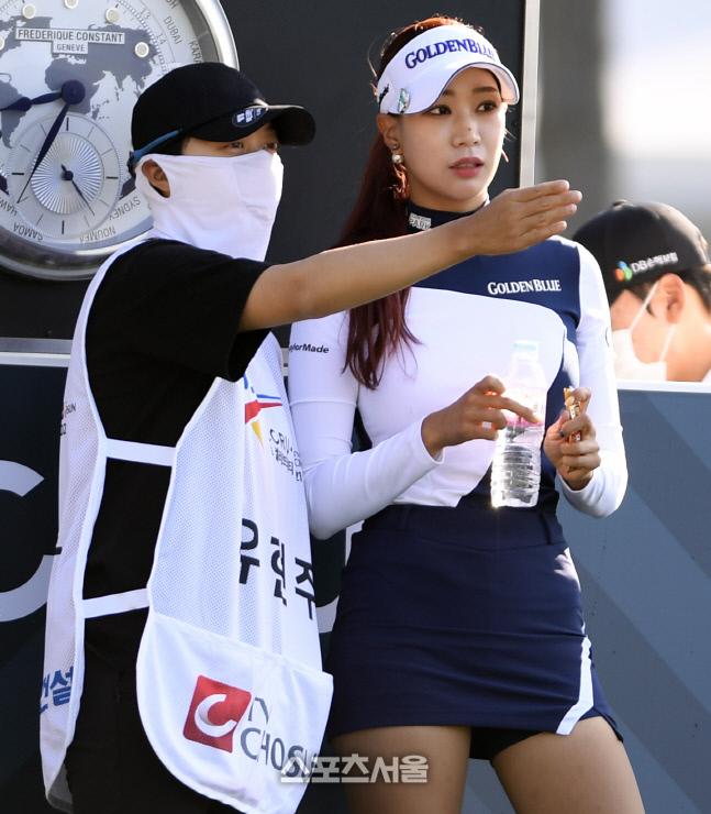 김효주와 유현주가 그린에서 작전을 숙의하고 있다. 안산 = 이주상기자 rainbow@sportsseoul.com