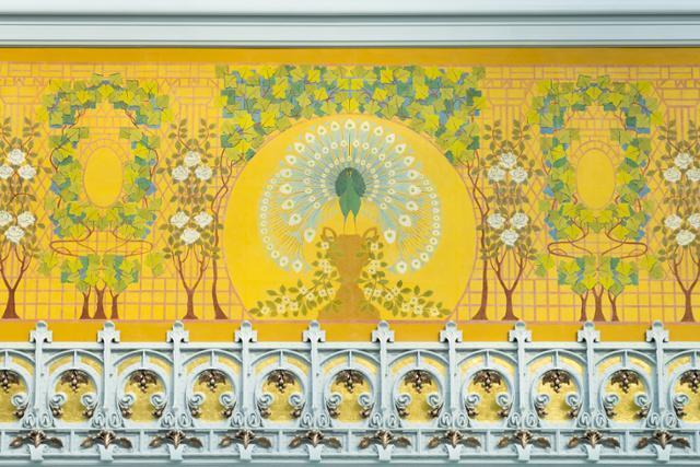 19세기 아르누보 양식이 적용된 사마리텐 내부 벽면에 공작과 식물 등이 화려하게 그려진 벽화가 있다. ⓒSamaritaine·프랑스 관광청