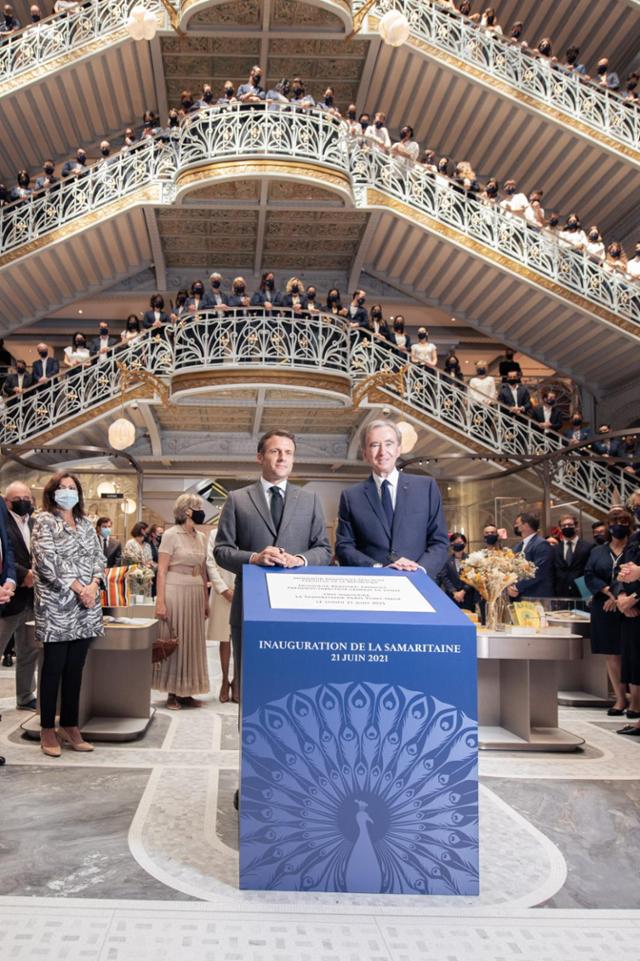 올해 6월 21일 재개장한 프랑스 파리 사마리텐 백화점에서 베르나르 아르노(앞줄 오른쪽) LVMH 회장과 에마뉘엘 마크롱(왼쪽) 프랑스 대통령이 환영사를 하고 있다. ⓒLVMH