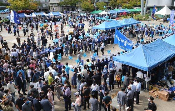 25일 오후 민주당 광주전남 경선이 열린 김대중 컨벤션센터에서 각 주자 지지자들이 모여 지지 후보들의 이름을 열호하고 있다. 프리랜서 장정필