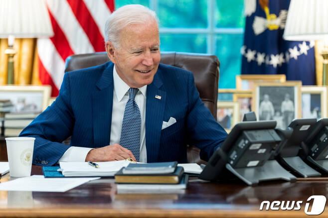(워싱턴 로이터=뉴스1) 금준혁 기자 = 조 바이든 미국 대통령이 22일(현지시간) 워싱턴 백악관 집무실에서 에마뉘엘 마크롱 프랑스 대통령과 통화를 하고 있다.  (C) 로이터=뉴스1