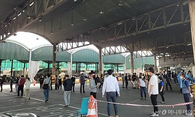 24일 서울 송파구 가락시장 한켠에 마련된 임시 선별진료소가 검사를 받기 위한 시민들로 북적이고 있다. / 사진 = 오진영 기자