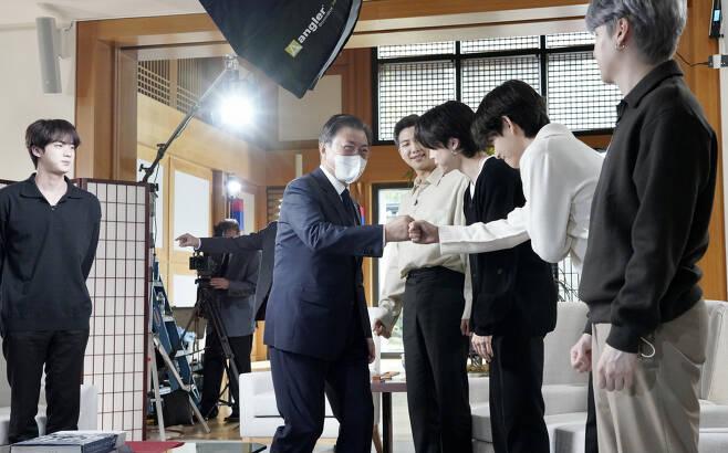 문재인 대통령이 21일 오후(현지시각) 뉴욕 주유엔대표부에서 미국 ABC 방송과 인터뷰에 앞서 같이 출연하는 그룹 BTS(방탄소년단)와 인사하고 있다. [연합]