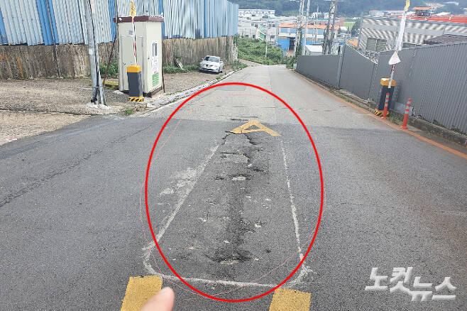 24일 차단기 구조물을 설치했다 법원 가처분 인용 이후 철거한 흔적(빨간원)과 사유지 양측에 재차 설치한 차단기. 이형탁 기자