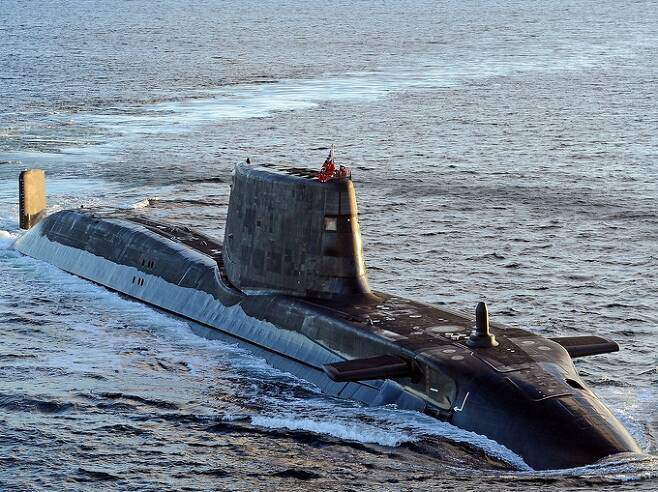 영국 해군 아스튜트급 핵추진잠수함이 수면 위로 부상한 채 항해를 하고 있다. 세계일보 자료사진