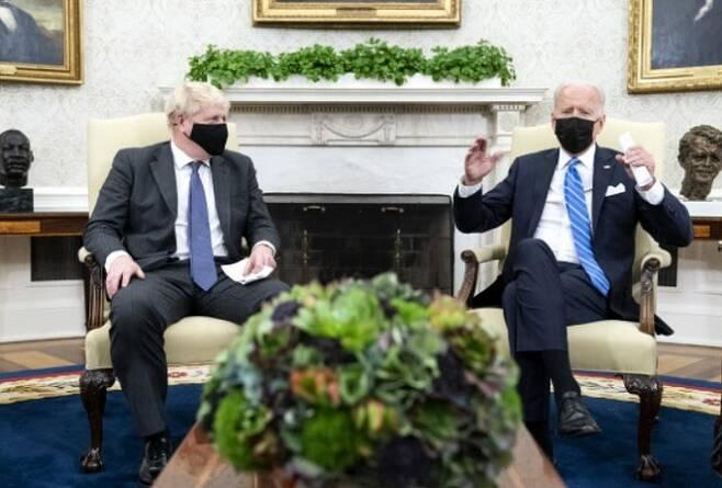 21일(현지시간) 미국 백악관에서 보리스 존슨 영국 총리(왼쪽)가 조 바이든 미국 대통령과 정상회담을 하고 있다. 워싱턴=AP연합뉴스
