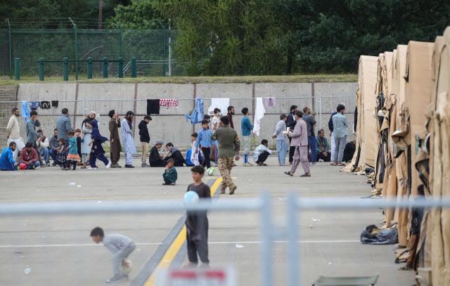 탈레반이 장악한 아프가니스탄을 탈출한 난민들이 8월 26일(현지시간) 유럽 내 최대 미국 공군 기지인 독일 람슈타인 기지에 임시 수용돼 생활하는 모습. (사진=연합뉴스)