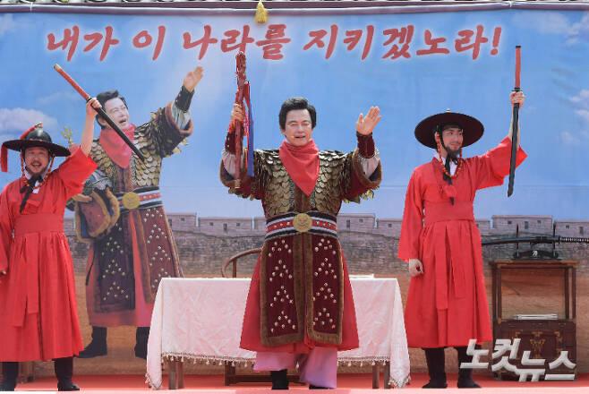 허경영 국가혁명당 명예대표가 지난달 18일 경기도 고양시 행주산성 대첩문 앞에서 20대 대선 출정식을 하고 있다. 이한형 기자