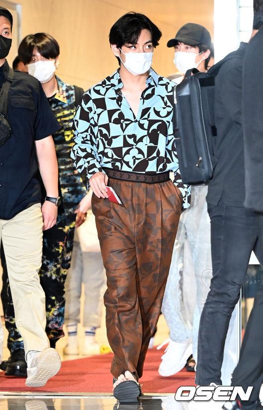 [OSEN=인천공항, 최규한 기자]방탄소년단 뷔를 비롯한 멤버들이 출국하고 있다. 2021.09.18 / dreamer@osen.co.kr