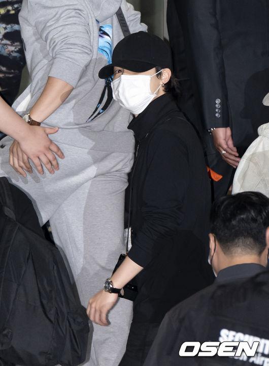[OSEN=인천공항, 이대선 기자]그룹 방탄소년단 지민이 출국장으로 이동하고 있다. 2021.09.18 /sunday@osen.co.kr