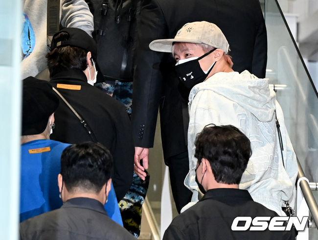 [OSEN=인천공항, 최규한 기자]방탄소년단 제이홉(오른쪽)과 지민을 비롯한 멤버들이 출국하고 있다. 2021.09.18 / dreamer@osen.co.kr