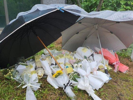 지난 5월 충북 청주시 오창읍의 한 아파트 화단에 극단적 선택을 한 여중생 2명을 추모하는 꽃다발이 놓여있다. 최종권 기자
