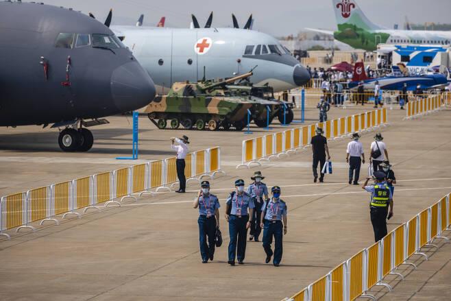28일 개막한 중국 주하이 에어쇼에서 참관단이 각종 용도의 군용 항공기를 둘러보고 있다. [EPA]