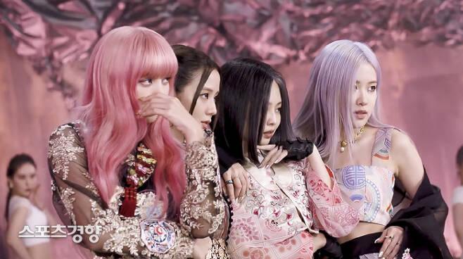 블랙핑크 멤버 전원이 파리 패션위크 참석을 위해 출국하는 것으로 확인돼 파리에서의 행보에 업계 관계자들의 시선이 쏠렸다. 소속사 제공