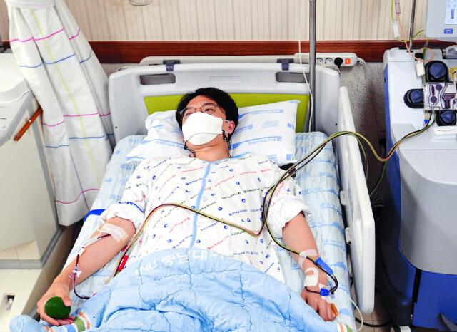 조혈모세포 기증자 나모씨가 충남대병원 혈액원에서 혈액성분채집기를 이용해 림프구 기증을 하고 있다.