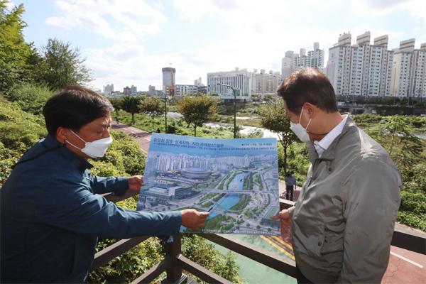 13일 오세훈 서울시장(오른쪽)이 서울 노원구 중랑천에서 시관계자로부터 창동·상계 개발계획을 보고받고 있다.  [이충우 기자]