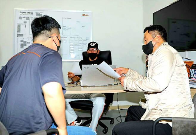 한화이글스 카를로스 수베로(가운데) 감독과 최원호(오른쪽) 퓨처스 감독이 선수단 운영에 대해 대화를 나누고 있다. 사진=한화이글스