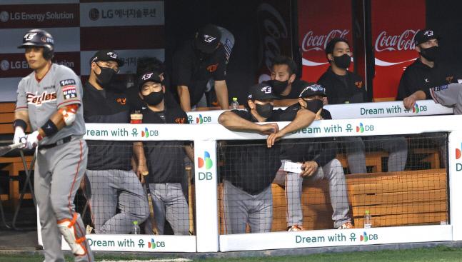 한화 카를로스 수베로(가운데) 감독이 지난달 10일 잠실 LG 전에서 선수들을 지켜보고 있다.  연합뉴스