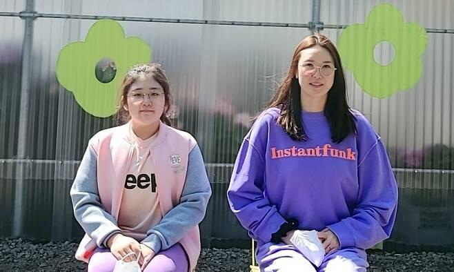 한국도로공사 정대영(오른쪽)과 엄마를 따라 배구 선수의 길을 가고 있는 딸 김보민. 정대영 선수 제공