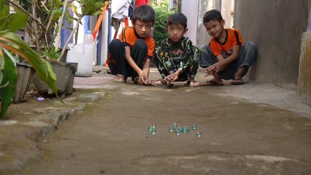 인도네시아 아이들이 구슬치기를 하고 있다. 쿰파란 캡처