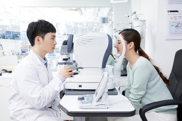 별다른 증상이 없어도 2년에 한 번은 안과 정기검진을 받는 게 좋다./사진=클립아트코리아