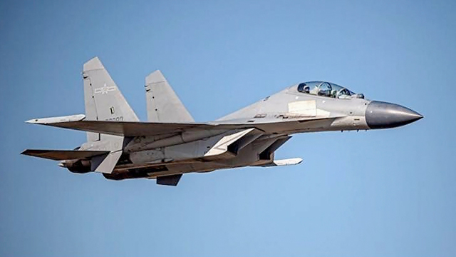 중국 인민해방군 공군 소속의  J-16 전투기 비행 모습. 타이완 공군은 지난 1일부터 4일까지 중국 공군의 전투기와 폭격기 등 모두 149대의 항공기가 자국 방공식별구역(ADIZ)을 침범했다고 발표했다. 타이완 당국은 중화민국 건국기념일인 10일에도 J-16 와 대잠초계기 등  중국 공군기 3대가 방공 식별구역을 침범했다고 발표했다.