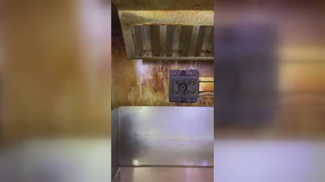 대구의 한 GS25 편의점에서 운영 중인 튀김기 내부 모습.