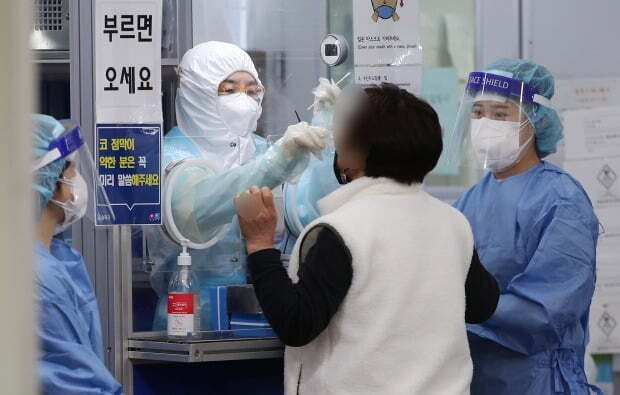 서울 송파구보건소에 마련된 신종 코로나바이러스 감염증(코로나19) 선별진료소를 찾은 한 시민이 검체 검사를 받고 있다. /사진=뉴스1