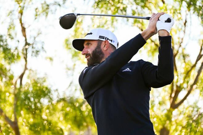 더스틴 존슨이 14일 미국 라스베이거스 더 서밋 클럽에서 PGA 투어 CJ컵 연습라운드 중 드라이버샷을 날리고 있다. ㅣ게티이미지