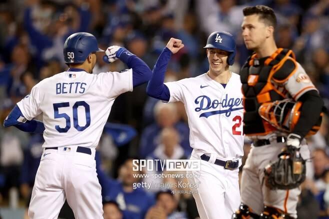 ▲ 다저스 외야수 무키 베츠가 샌프란시스코 포수 버스터 포지 앞에서 팀동료 워커 뷸러와 함께 자신이 친 홈런을 자축하고 있다 ⓒ게티이미지 코리아