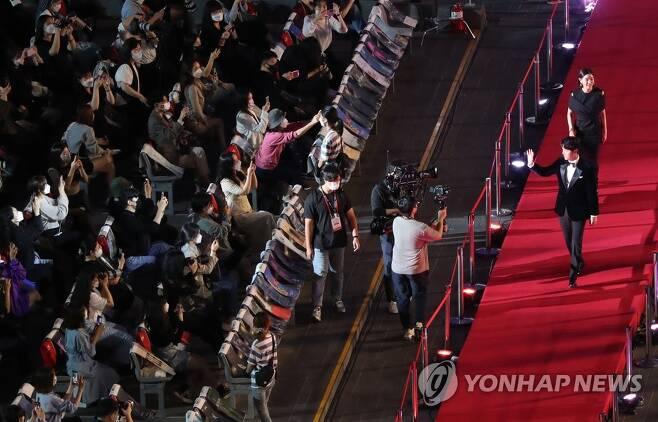 마스크 벗은 배우들, 관객들과 소통 [조정호 기자]