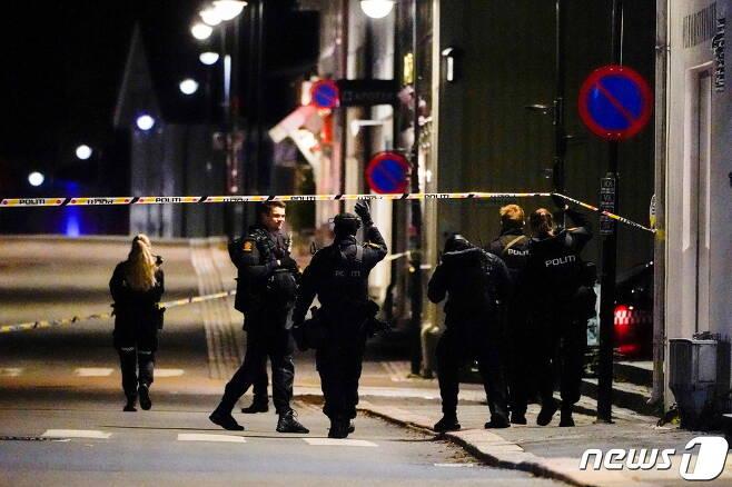 노르웨이 콩스베르그에서 무차별 화살 난사 공격이 발생한 2021년 10월 13일 경찰이 사고 현장을 조사하고 있다. © 로이터=뉴스1