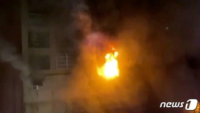 14일(현지시간) 대만 가오슝의 13층짜리 건물에서 화재가 발생해 화염이 치솟고 있다. © 로이터=뉴스1 © News1 신윤하 기자