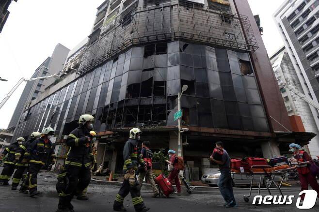 2021년 10월 14일(현지시간) 화재가 발생한 대만 가오슝 소재 13층 주상복합건물에서 진화 후 구조 작업이 이뤄지는 모습. © 로이터=뉴스1 © News1 최서윤 기자
