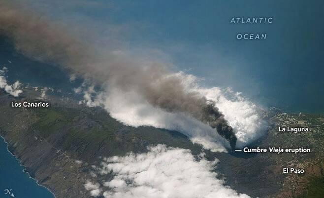 지난 10일 나사가 우주정거장에서 촬영했다며 공개한 라팔마섬 사진. 화산재가 서울보다 큰 라팔마섬을 뒤덮는 모습이다. /나사