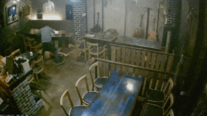 지난 12일 오후 8시10분께 광주광역시 동구 한 주점에서 사회적기업 여성 대표(43)가 A씨로부터 무차별 폭행을 당하고 있는 모습. [독자 제공]